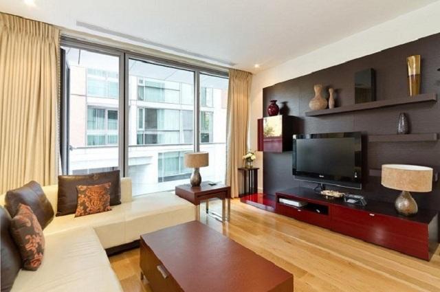 Căn phòng trông sang trọng và hiện đại hơn với gạch Malaysia giả gỗ